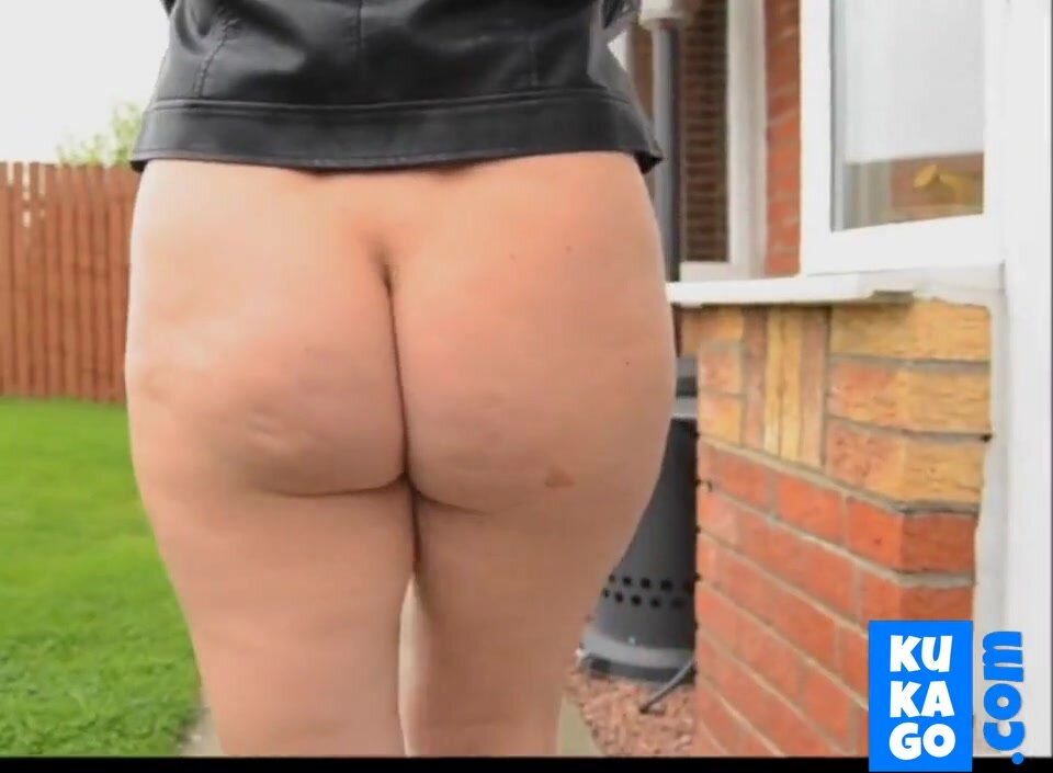 Mature woman outside comes with a bare ass. 2