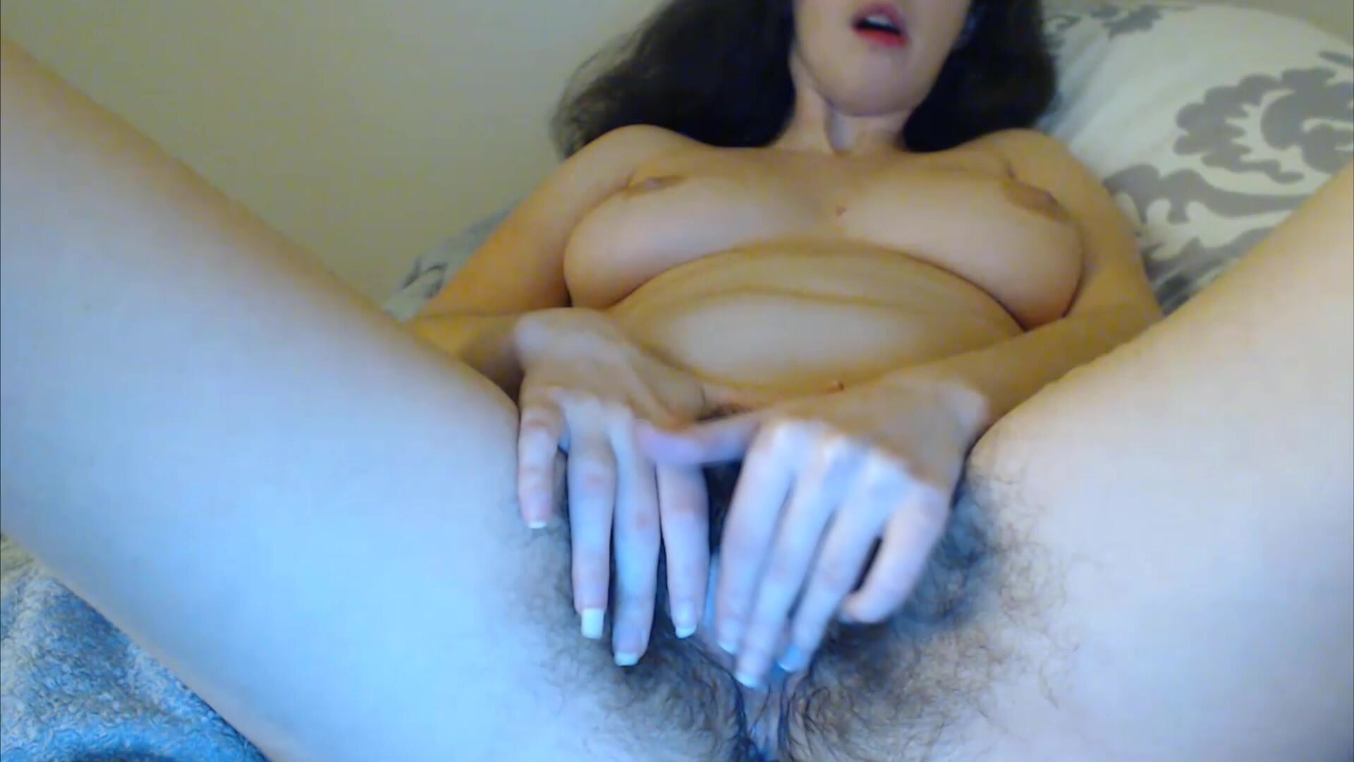 livesexify.net - Blue-eyed brunette Sweetsuz rubbing her natural hairy bush